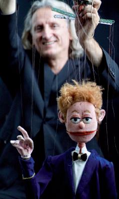 Wer hat im Hansa Theater die Strippen in der Hand? Alex & Barti – Puppe & Spieler. Foto: Hansa Theater