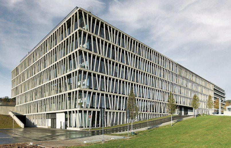 Die großflächigen Verglasungen des IFIB sind als Pfosten-Riegel-Fassade ausgeführt. Die Außenfassade ist von vorgehängten Betonfertigteilen als Putzund Wartungsbalkone umgeben. Die filigranen vertikalen Stäbe sind ähnlich dem Bambus in unregelmäßigen Abständen verteilt und schräg gestellt.