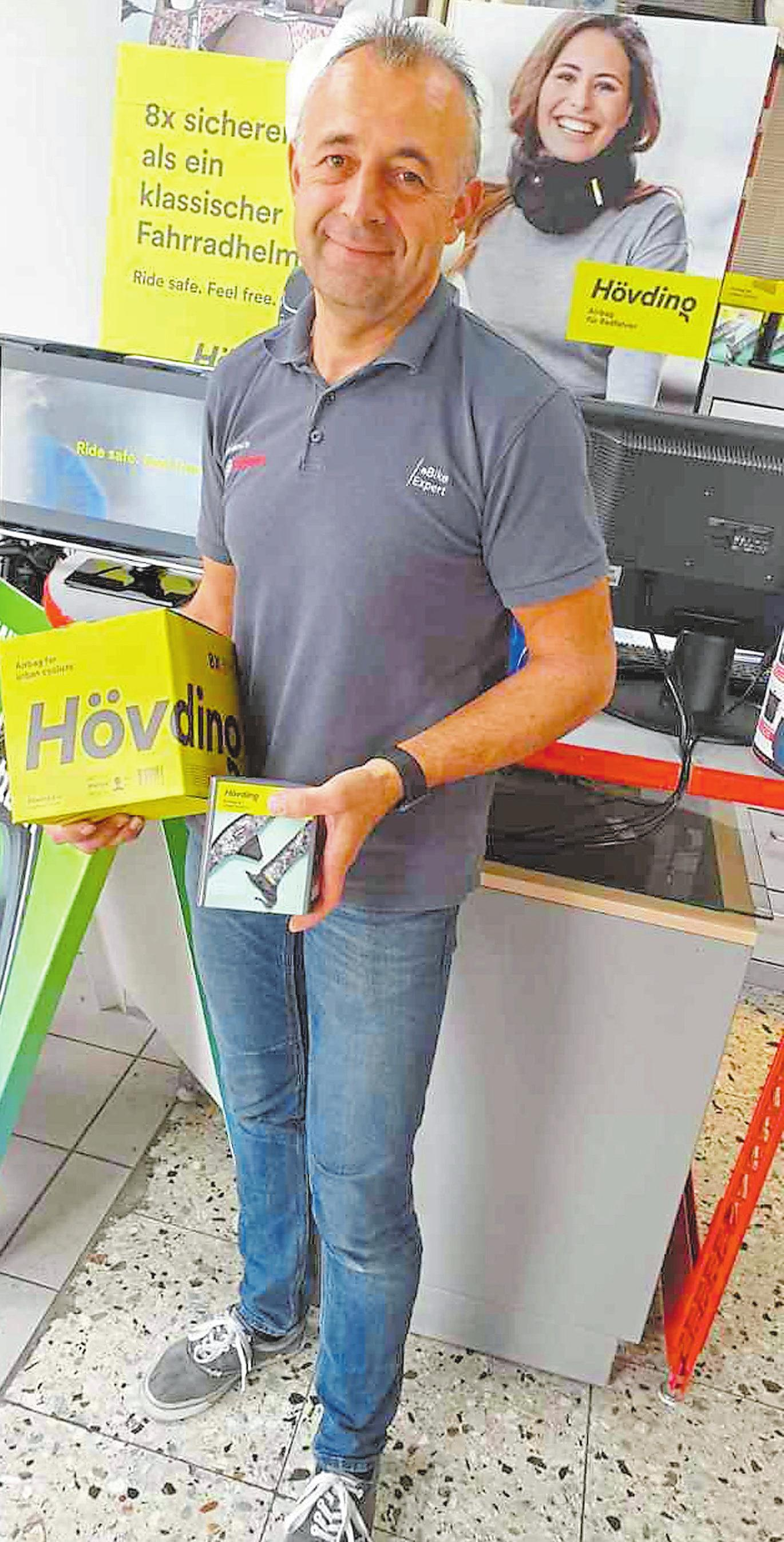 """Lars Nölke zeigt den """"Hövding"""", den das Zweiradcenter Dammann seit Frühjahr im Programm hat."""