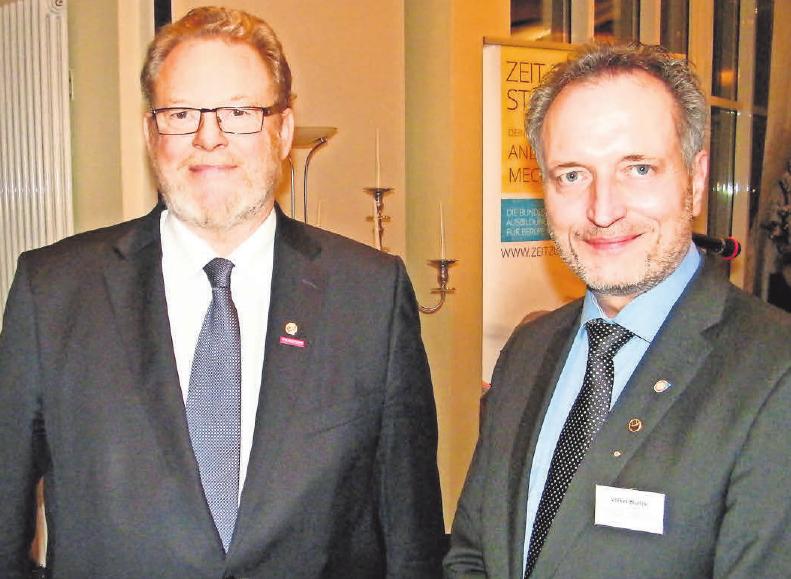 Obermeister Manfred Obieray (Ostholstein, l.) und Obermeister Volker Blunck (Plön) leiteten die gemeinsame Freisprechungsfeier.