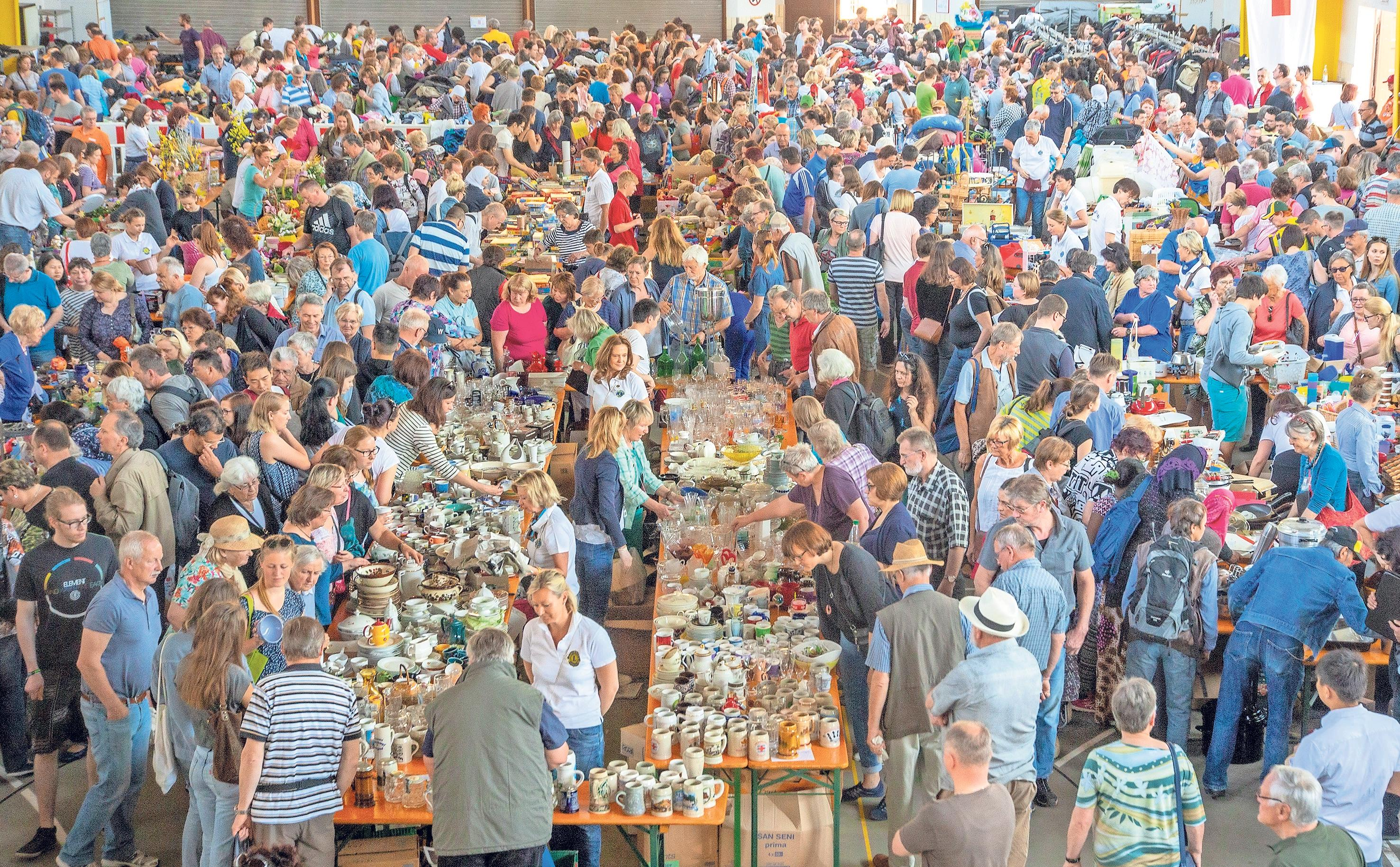 Am kommenden Sonntag werden wieder viele Besucher in der Rotmainhalle erwartet, wenn der Lions Club Bayreuth-Kulmbach zu seinem mittlerweile 47. Flohmarkt einlädt. Fotos: Andreas Harbach/Archiv
