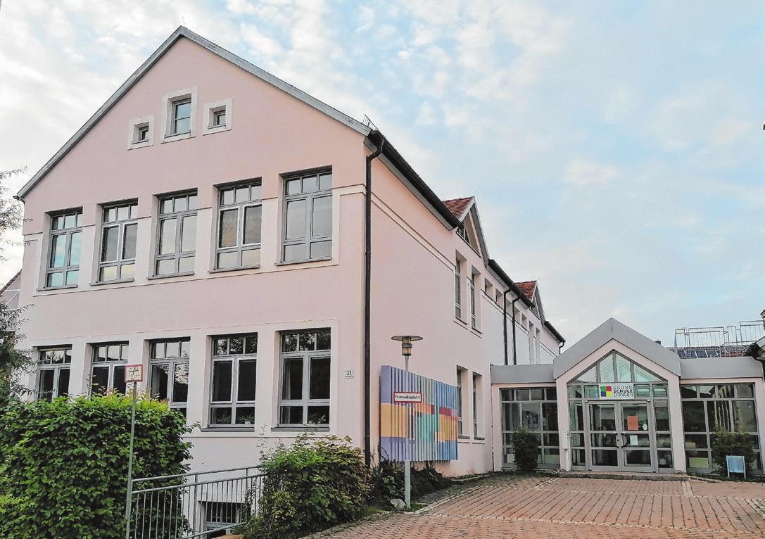 Die Grundschule Ehingen wurde 1991 erbaut und beherbergt übergangsweise auch eine Krippengruppe des Kindergartens.