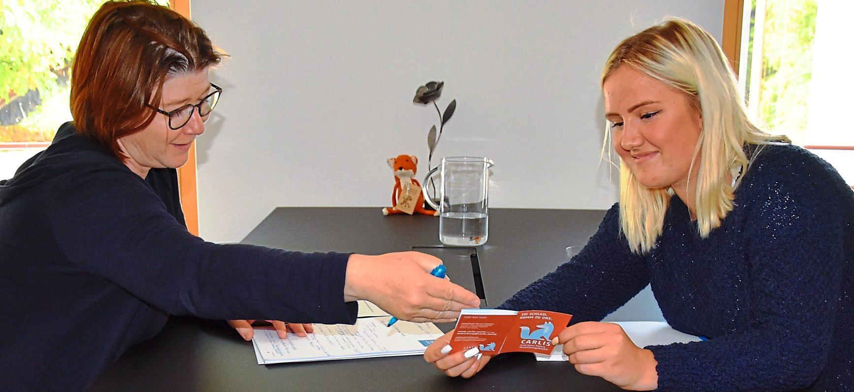 Ina Kaufmann von der Gebrüder Peters Ausbildungs GmbH und ihre Auszubildende im Büromanagement,Natalie Kartaseva, kennen sich bei dem Thema aus. Fotos: Getty images/Hausmann