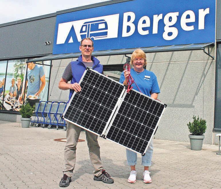Haben alles, was der Camper braucht: Filialleiterin Christiane Schmidt und Tobias Kneip von Berger Camping und Freizeit, hier mit einer mobilen Photovoltaikanlage mit 110 Watt.