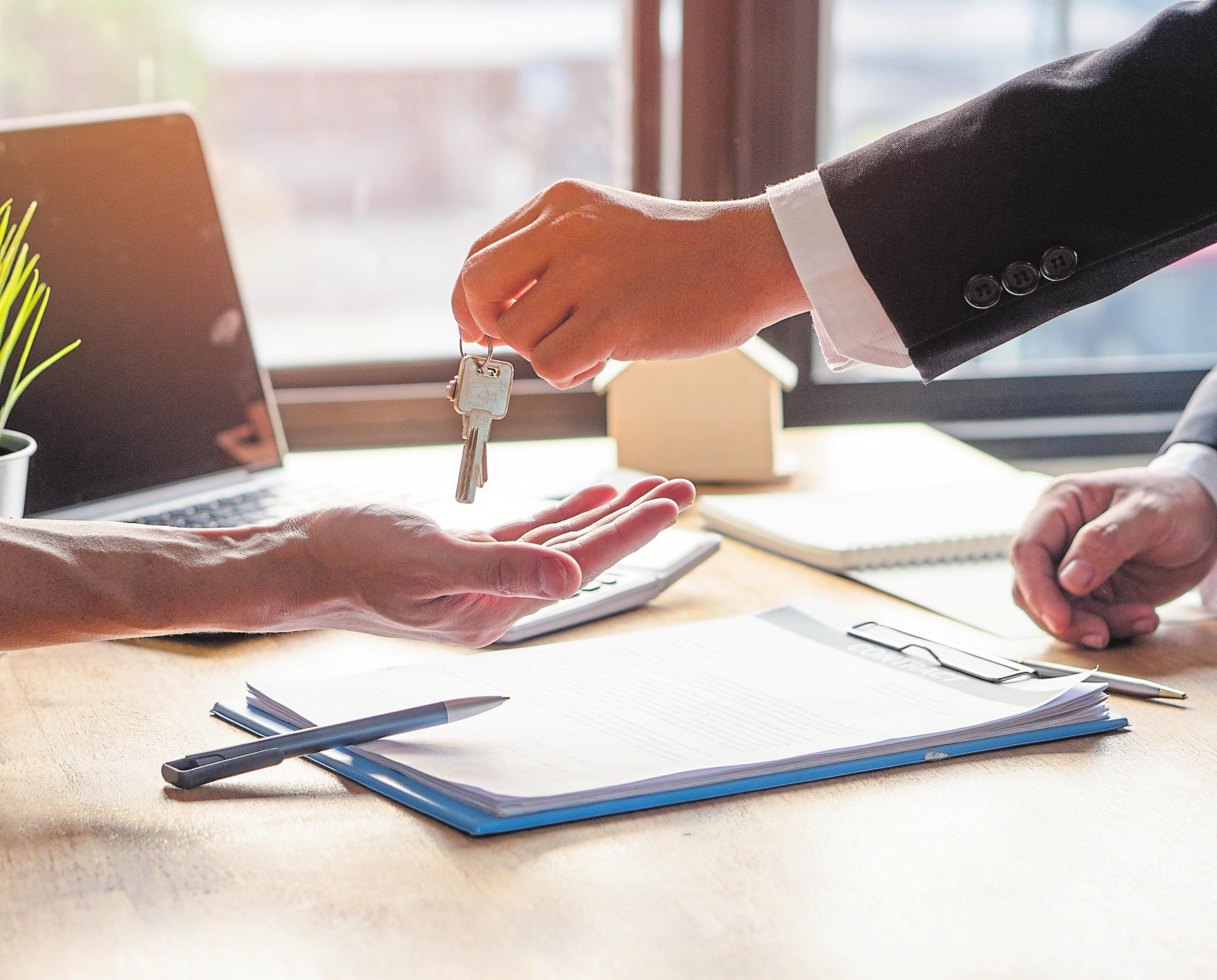 En cas urgent, les documents peuvent être remis à bonne distance. Pour remettre les clés, on doit cependant se rapprocher de la personne...