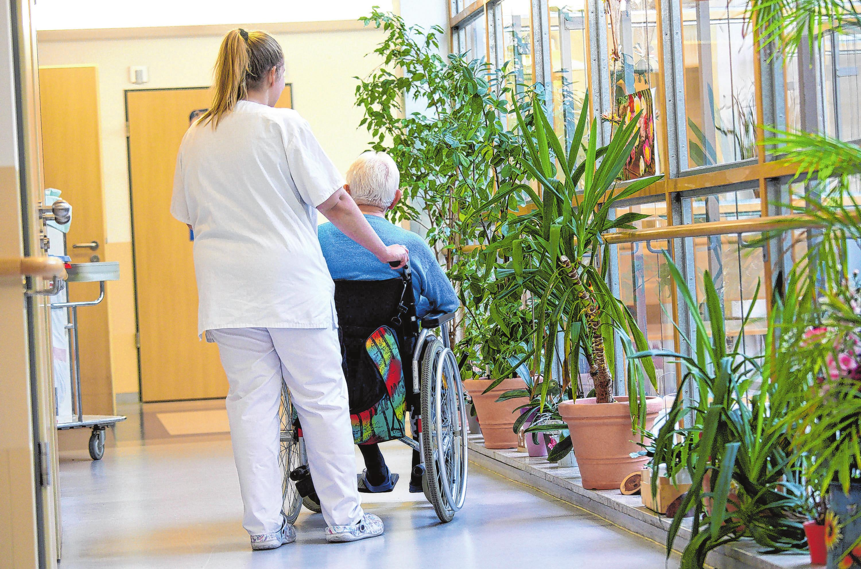 Eine Auszubildende in einem Pflegeheim. Foto: Archiv