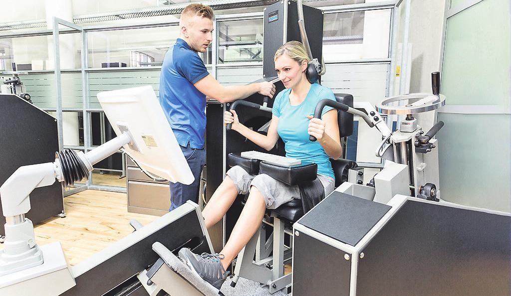 Instruktoren leiten das Training an den Geräten an Bild: Kieser Training/Verena Meier