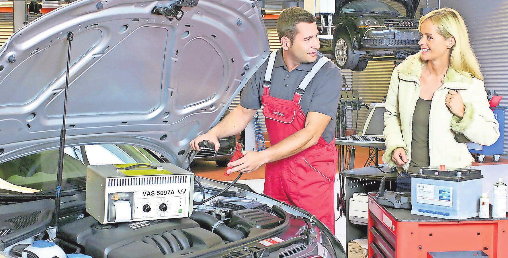 In der Werkstatt überprüfen die Kfz-Spezialisten auch die Batterie. Foto: dpp-AutoReporter