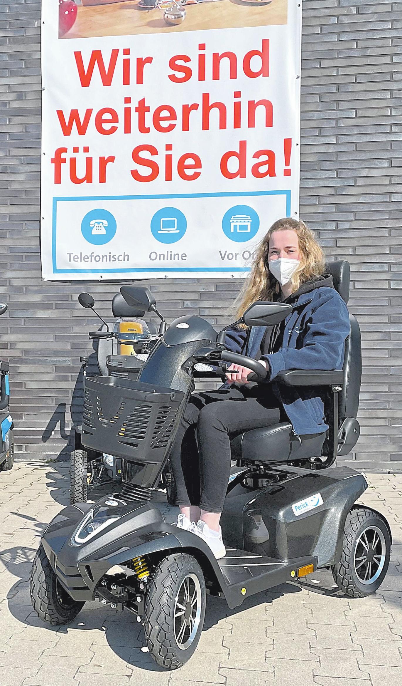 Perick-Mitarbeiterin Doreen Wohsmann mit einem Elektromobil.