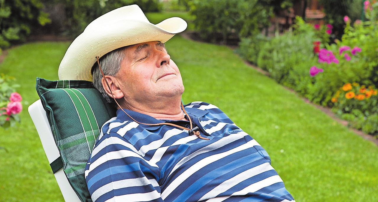 Wohlverdiente Pause: Den Schlaf sollten Senioren im Sommer am besten verteilen – auf die Nacht und den Nachmittag. FOTO: SILVIAMARKS/DPA
