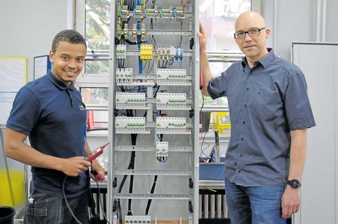 Auszubildender zum Elektroniker im 2. Lehrjahr Nico Martins und Geschäftsführer Tobias Drunijon von der Firma Heinrich Eimecke GmbH. FOTO: FSCH