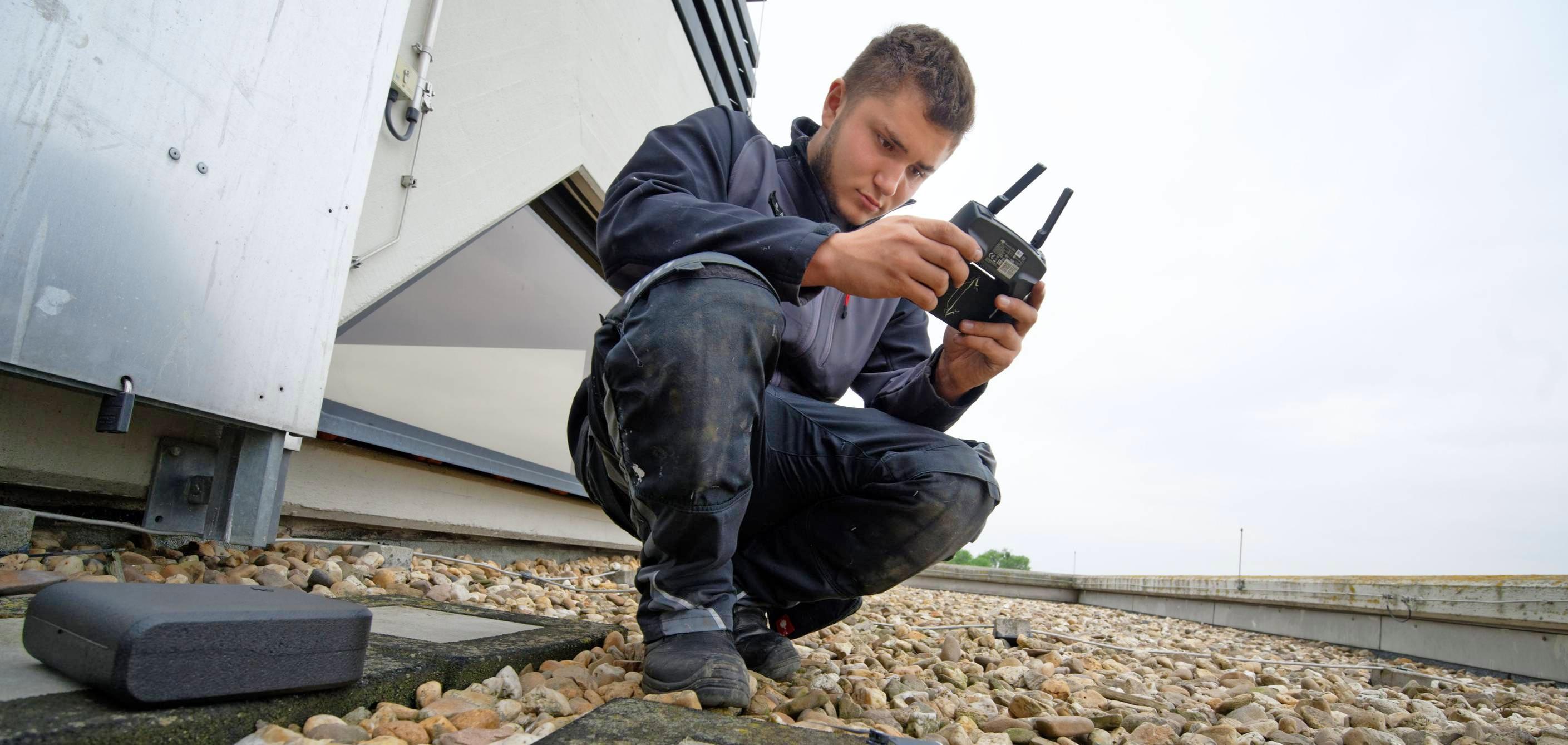 Mithilfe von Drohnen-Luftbildern kann der Auszubildende Eric Altmeyer etwa Flächen vorberechnen. Foto: Henning Kaiser/dpa-tmn