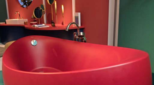 Auch knallige Farben kommen ins Spiel, wie zum Beispiel diese rote Badewanne von Villeroy & Boch. Fotos: Andrea Warnecke/dpa-tmn