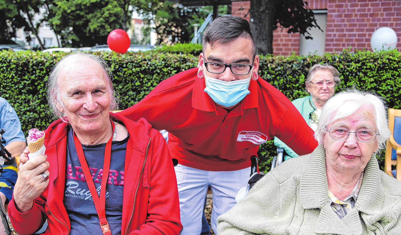 So ergeht es auch Pfleger Kevin Hein mit Michael Engel und Hildegard Lampka.