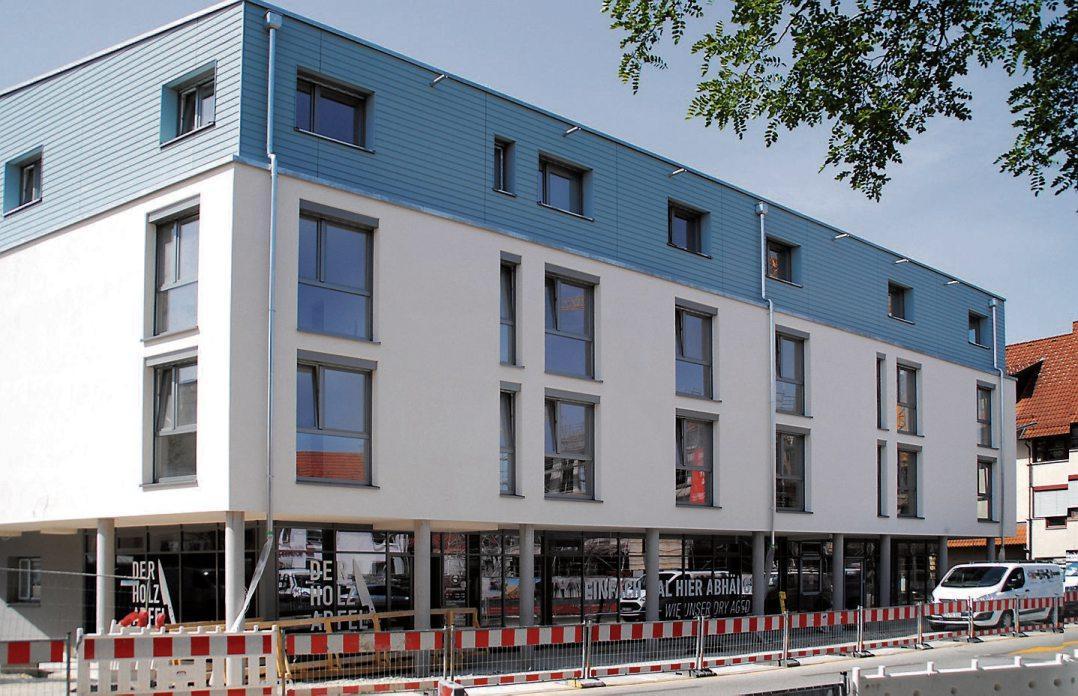 Auf nur 7,2 Ar Grundfläche erstellte die KBF in der Mössinger Bahnhofstraße in rund zwei Jahren Bauzeit ein modernes Gebäude. Um für die oberen Geschosse ausreichend Platz zu gewinnen, erhielt die Geschäftsetage im Erdgeschoss eine Arkade als öffentlichen Gehweg. Bild: Uhland2