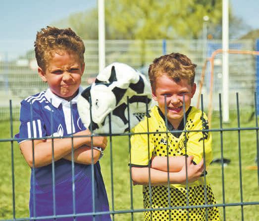Zaunüberstände bergen insbesondere für Kinder ein klares Unfallpotenzial. Ein kaputter Fußball ist in diesem Fall noch das geringste Übel. Foto: epr/ RAL Gütegemeinschaft Metallzauntechnik