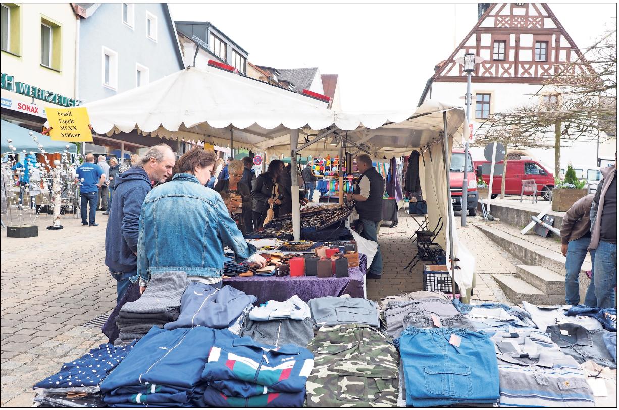 Das Angebot an Kleidung ist beim Jahrmarkt in Pegnitz groß. Leichte Kleidung für den Sommer hat die Winterware abgelöst. Fotos: Klaus Trenz
