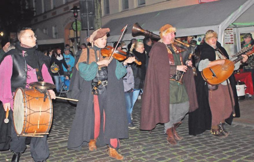 """Die Mittelalterband """"Hinterhof"""" begleitet den Lichterumzug und wird auch noch vor dem Museum spielen"""