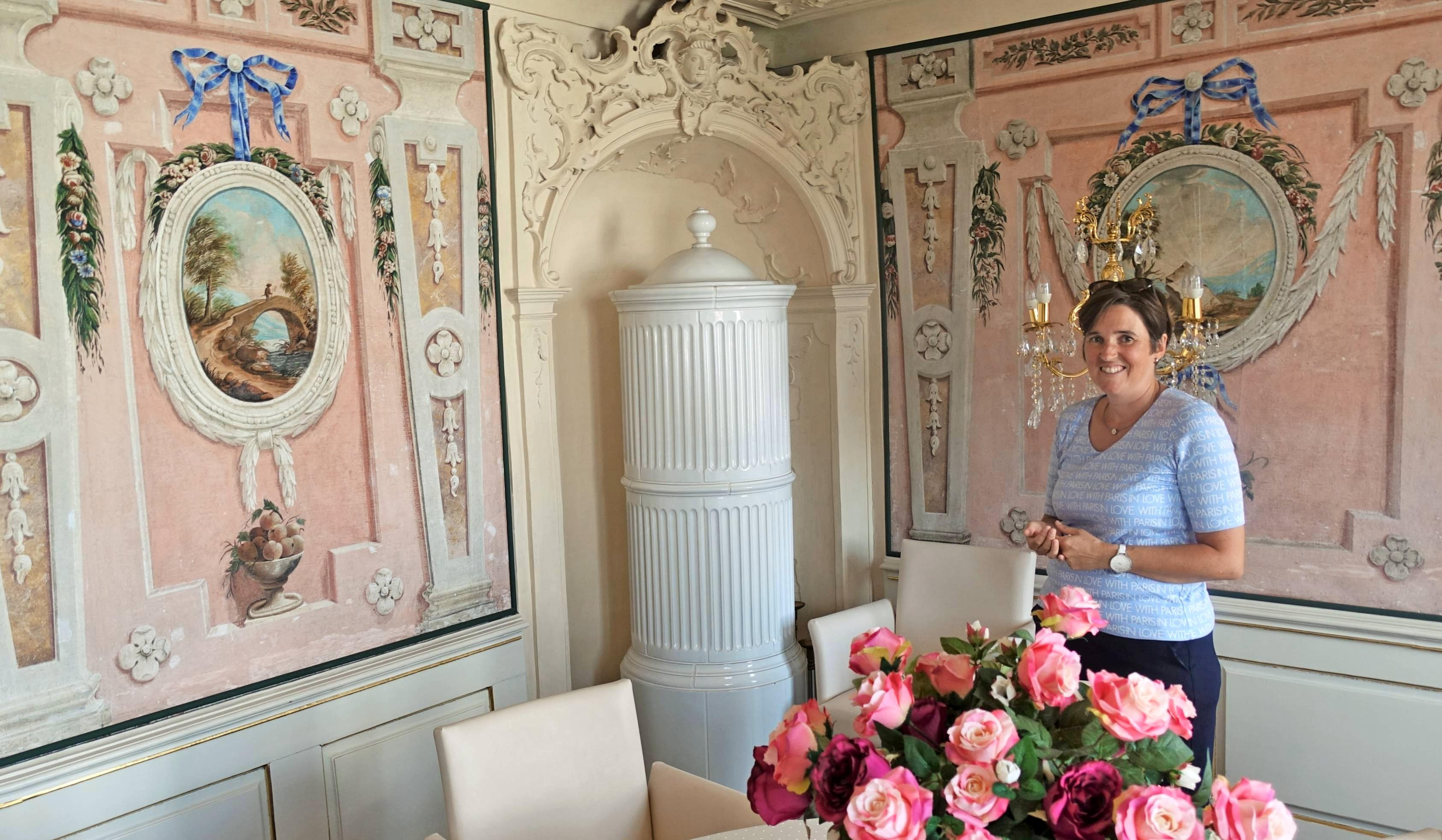 In barocker Pracht erscheint das Kabinett von Fürstin Anna Felicitas, durch das Tina Blanck ausnahmsweise im modernen Outfit führt.