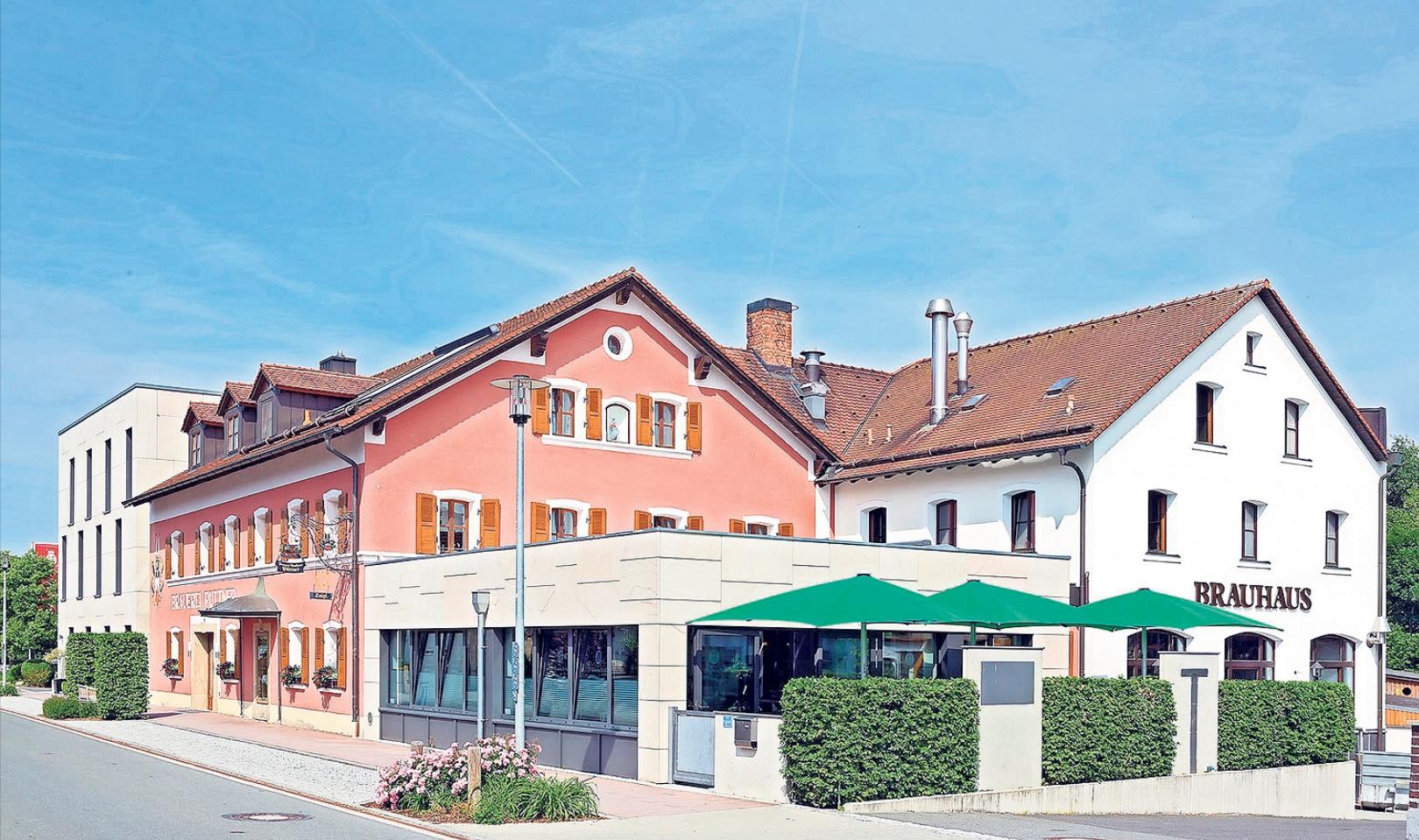 Hier an der Hauptstraße in Schlammersdorf wird nicht nur Bier gebraut, in dem gemütlichen Gasthof kann man sich traditionelle Gerichte schmecken lassen. Fotos: Brauerei Püttner