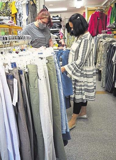 Die bewährte tragbare Mode im Wohnstubenflair einen Stock drüber hat jetzt ebenfalls Hochsaison: Hosen etwa bekommt man bereits ab 5 Euro. Fotos: ewa