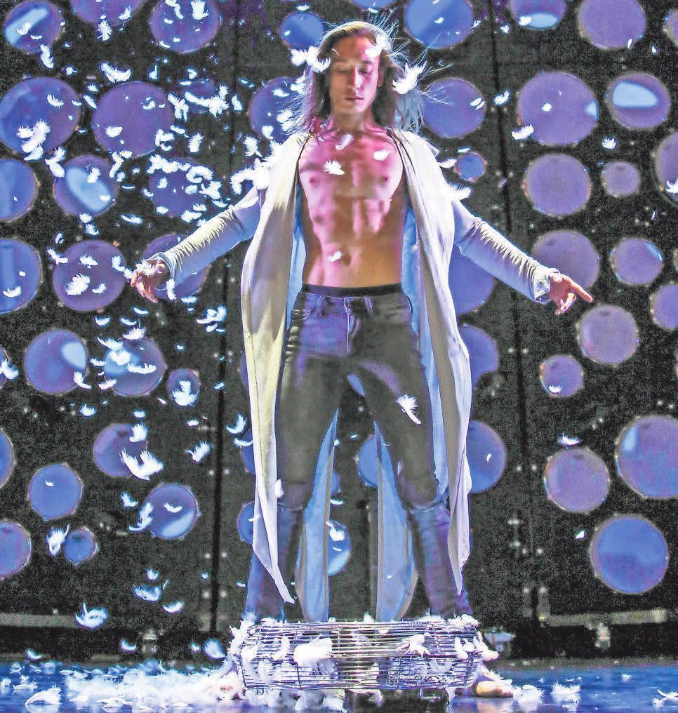 Dennis Mac Dao schwebt, fliegt und tanzt über die Bühne. Foto: GOP/ Frank Wilde