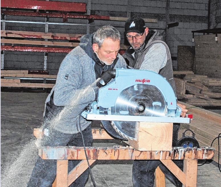 Roland Haun (links) mit seinem Kollegen Elvir Hashanin bei der Arbeit im Werk. FOTOS: USCHI MERTEN