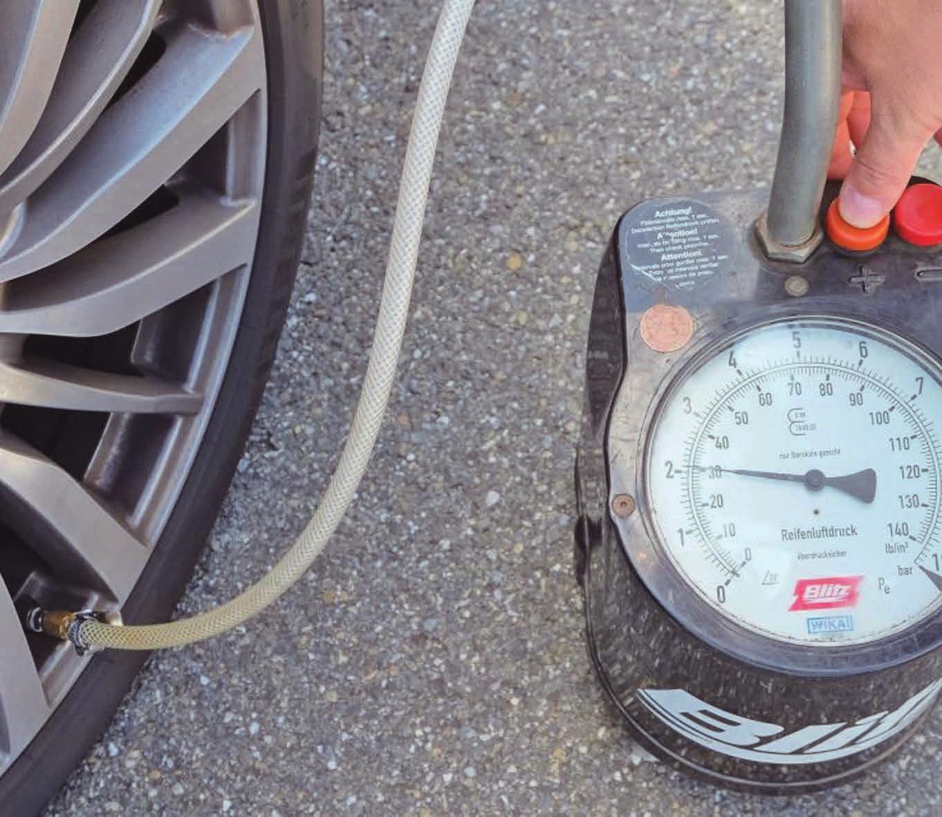 Der Reifendruck sollte alle 14 Tage geprüft werden. Foto: Dekra/mid/ak