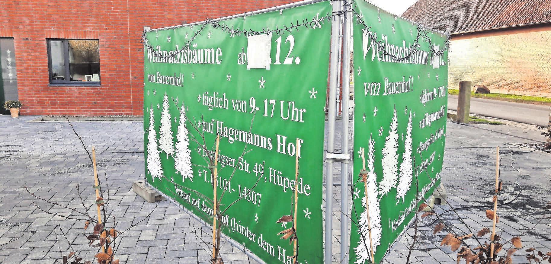 Bereits jetzt weist ein großes Schild auf dem Hagemann-Hof an der Ortsdurchfahrt Hüpede auf den beginnenden Weihnachtsbaumverkauf hin.