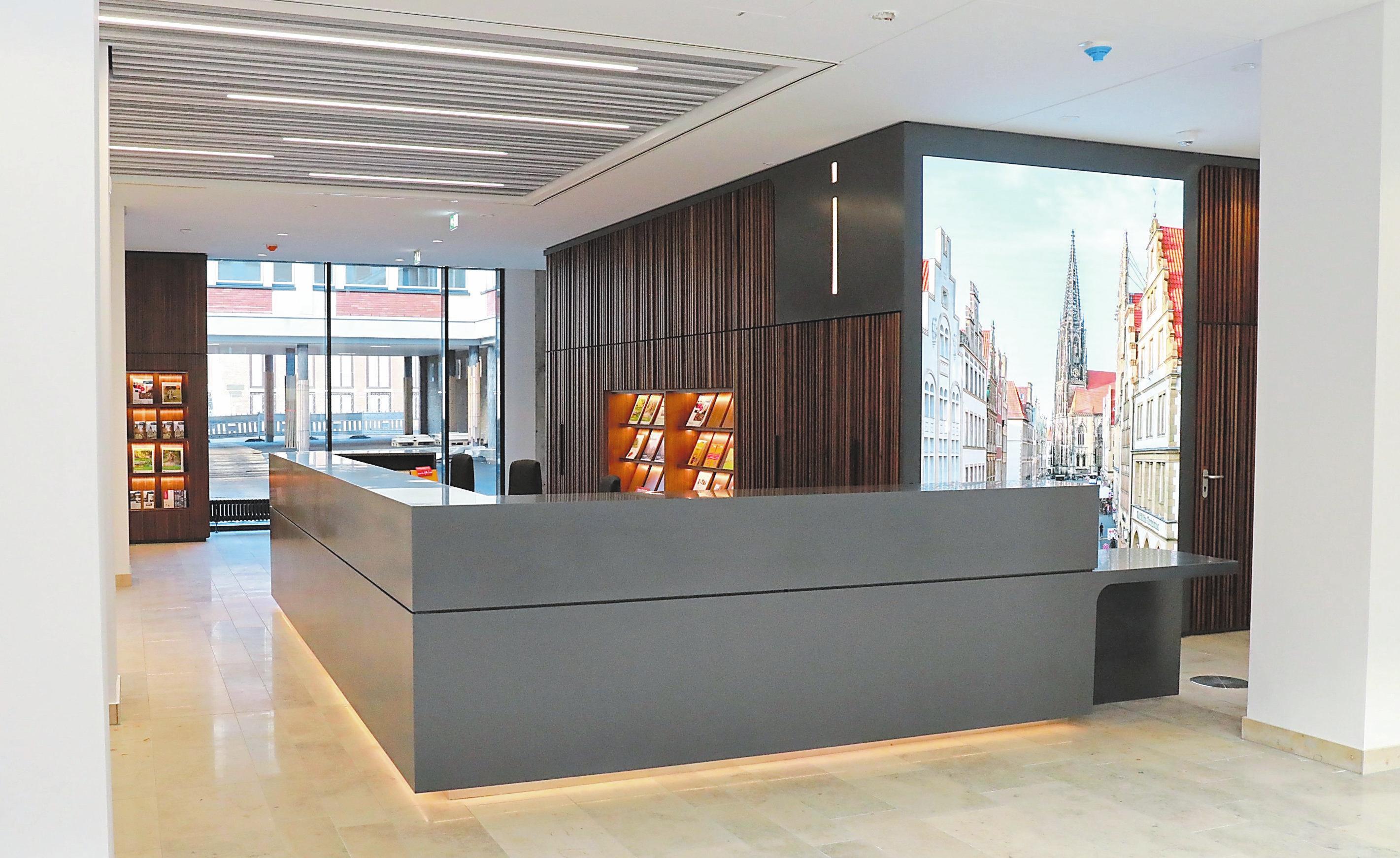 """Münster Information"""" im Foyer: Die große Medienwand zeigt saisonal passende Münster-Motive in strahlenden Farben."""