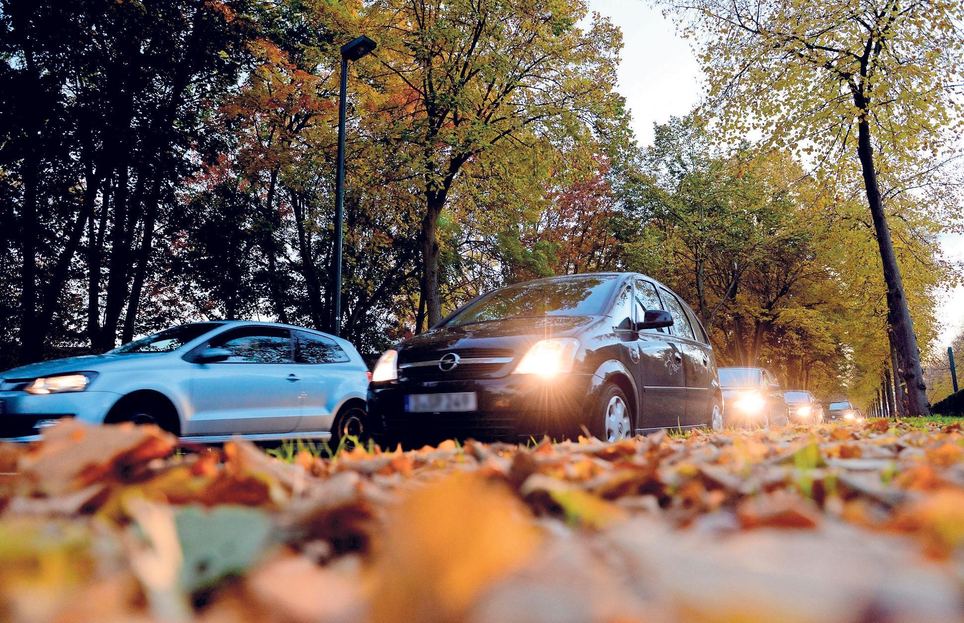 Die Tage werden kürzer – jetzt ist es besonders wichtig, dass die Beleuchtung am Auto funktioniert. Foto: Judith Michaelis/dpa-tmn