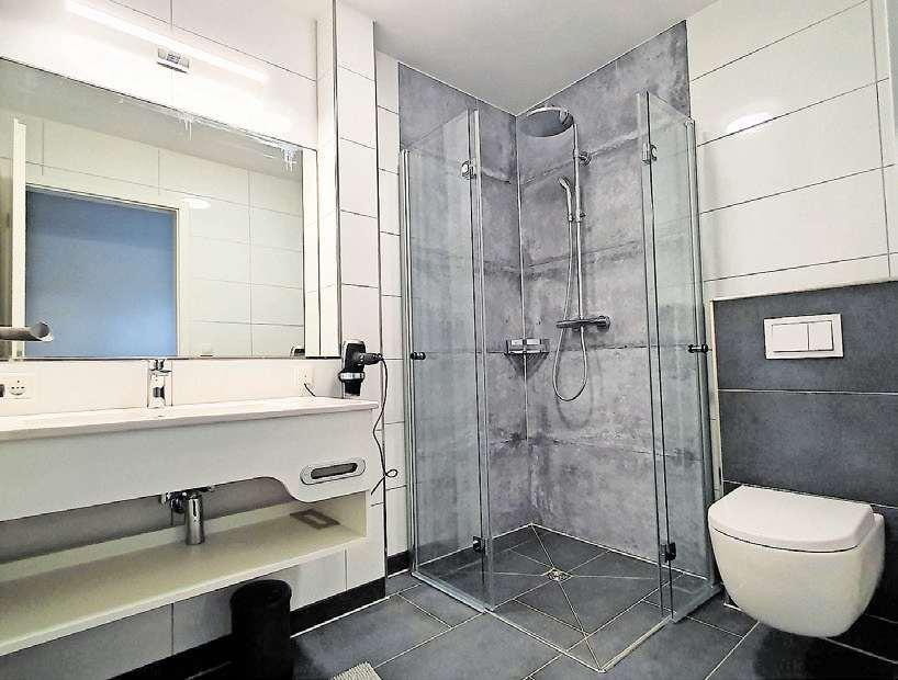 Viel Platz: Alle Bäder sind individuelle und hochwertig eingerichtet und sind mit barrierefreien Duschen ausgestattet.