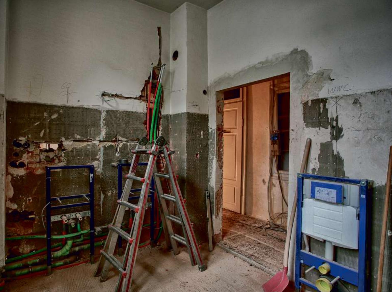 Modernisierung: Wer sein Haus nicht pflegt, muss auf Dauer deutlich mehr in die Sanierung investieren. Foto: Omid Mahdawi_Adobe Stock