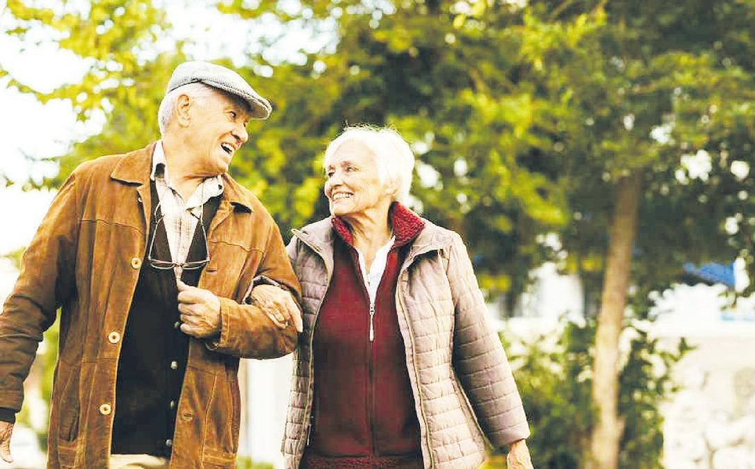 Viele Senioren bewegen sich oft und gern an der frischen Luft – dabei sollten sie auch stets an ihre eigene Sicherheit denken Foto: djd/Deutsche Verkehrswacht/Getty Images/jacoblund