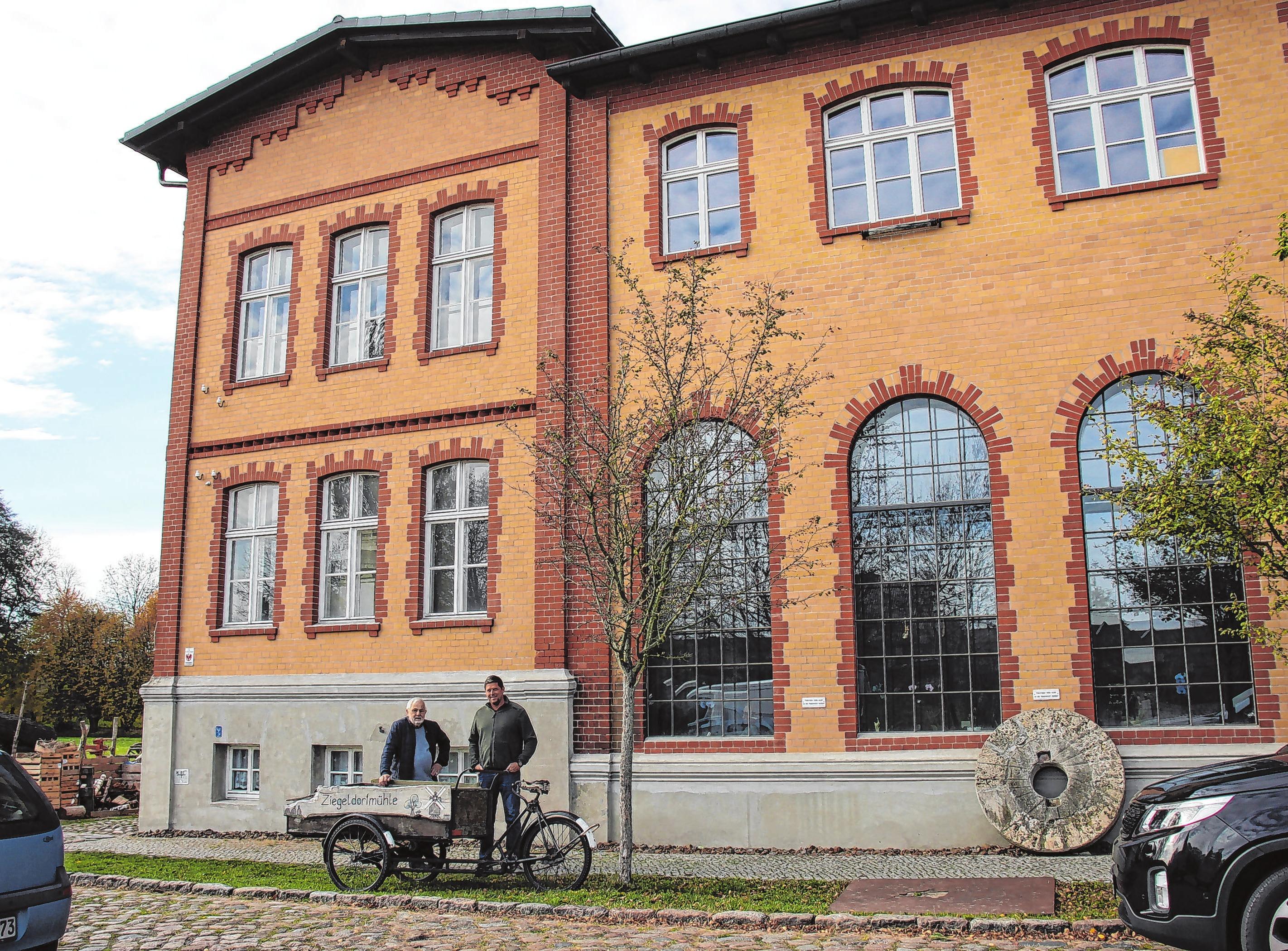 Im Mühlengut Ziegeldorf sind ab Januar 2019 die neuen Geschäftsräume der Devau - Werbung zu finden. Der Eingang ist auf der Rückseite des Hauses, eine grüne Tür, die man über den Biergarten des Griechischen Restaurants erreicht. Neben diesem Restaurant befinden sich auch die Schaubrennerei des Ziegelbräus und Seminar- und Ausstellungsräume in dem historischen Gebäude von 1899. Das alte E-Werk wurde früher auch als Industriemühle genutzt und hat seinen Namen von der letzten Müllerfamilie, Familie Ziegeldorf, bekommen.