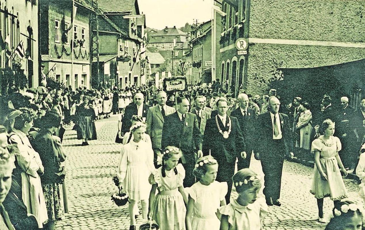 Ein Festumzug durch Ludwigsstadt aus vergangenen Tagen. Foto: Stadtarchiv