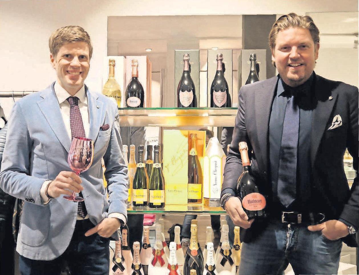 Gehobener Genuss: Inhaber Alexander Jänisch und Stephan Zapf empfehlen einen edlen Champagner als Gastgeschenk für kommende Feste und Feiern.