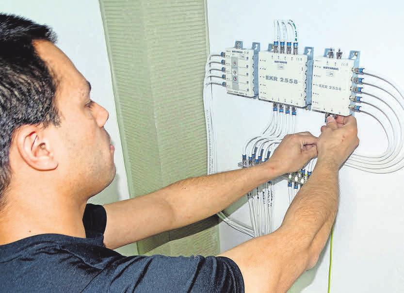 Oliver Luithle bei den Elektroarbeiten in einem Neubau.