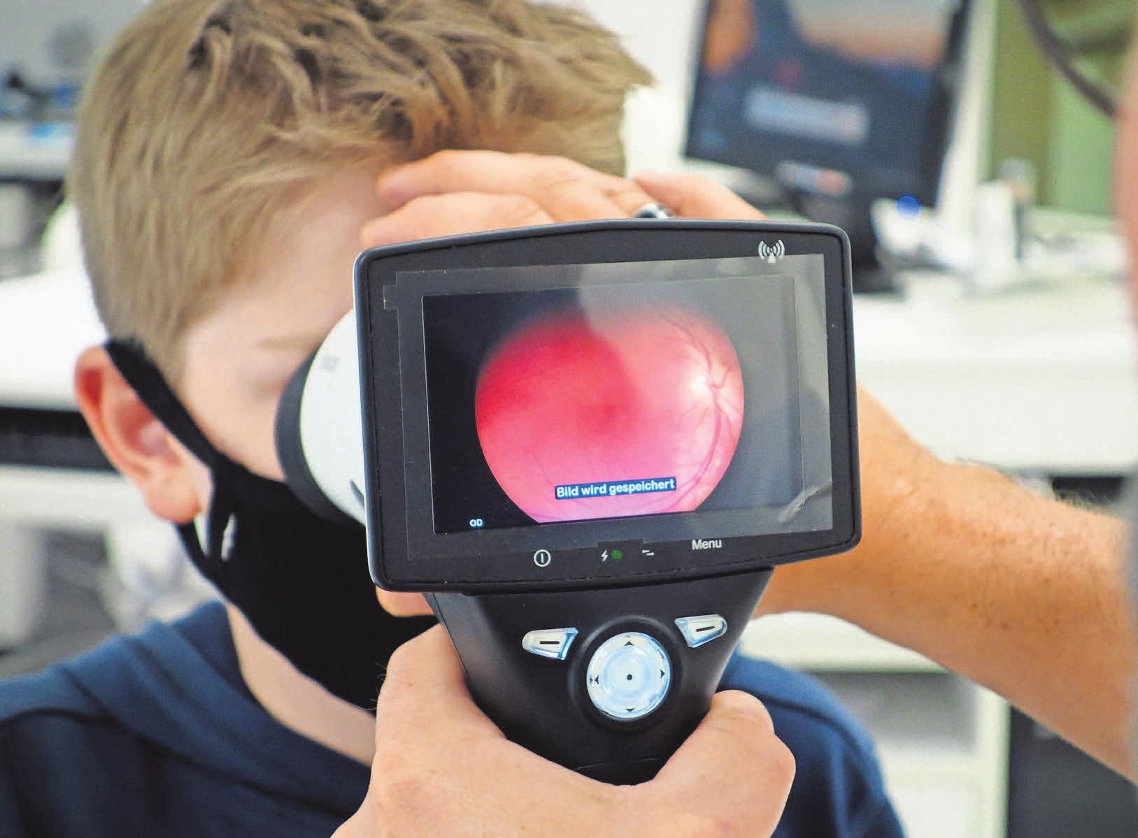 Mit der Fundus-Kamera von Zeiss kann Augenoptikermeister Marc Schröder auch den Augenhintergrund fotografieren