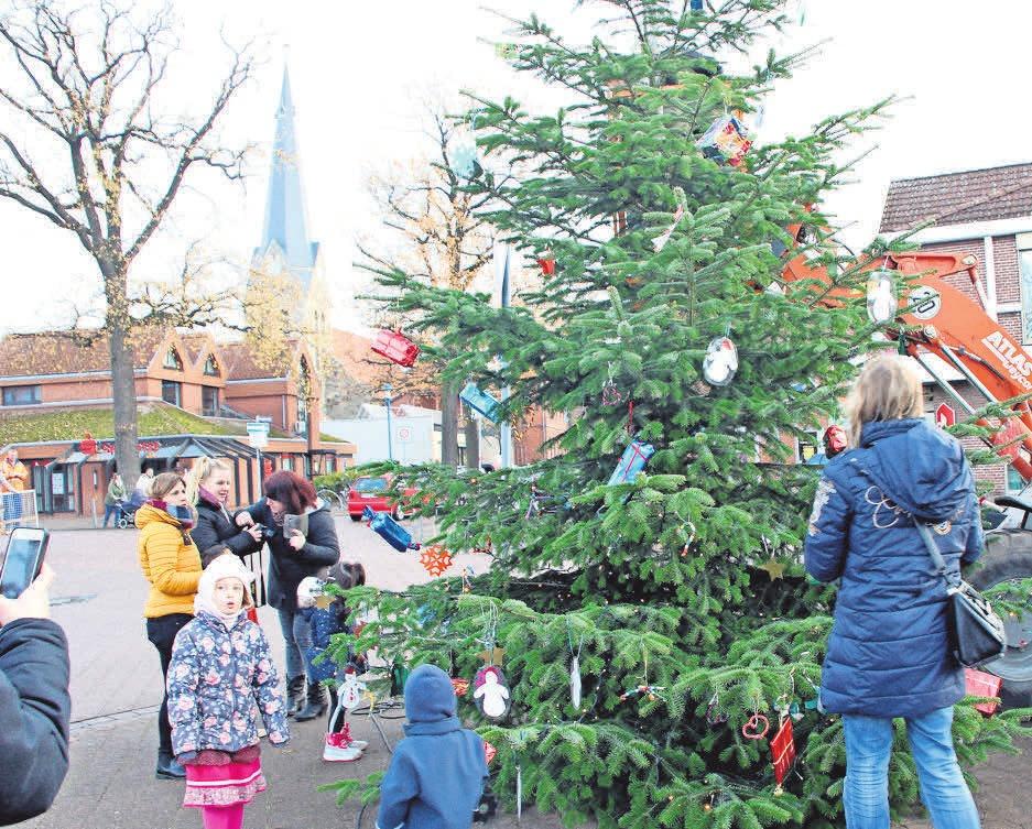 Die Kinder von der KiTa Haus Kunterbunt haben den Weihnachtsbaum auf dem Hindenburgplatz mit selbst gebasteltem Schmuck vor zwei Wochen schick gemacht.