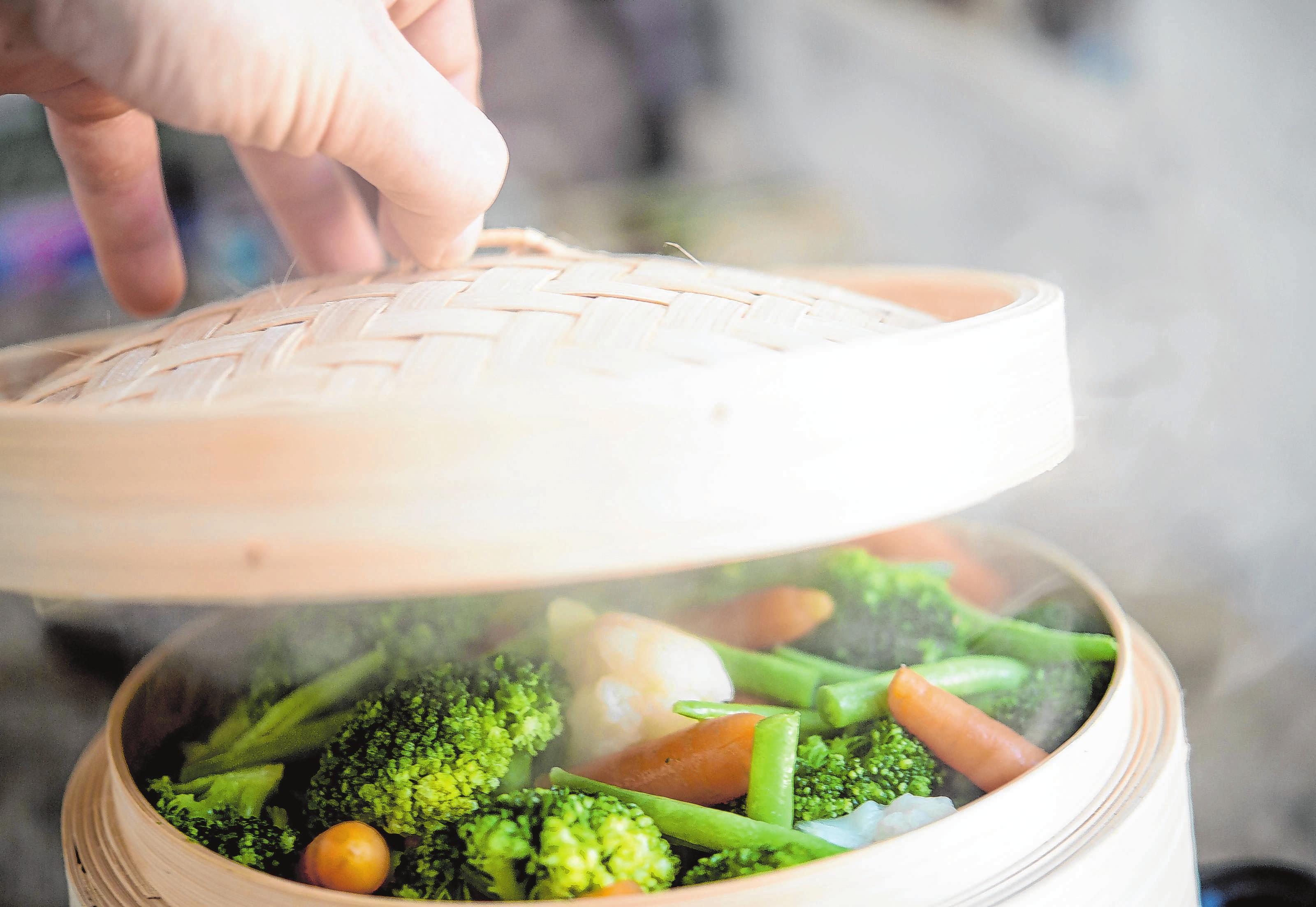 In gedämpftem Gemüse, Fisch oder Obst bleiben Vitamine und andere Nährstoffe besonders gut erhalten. Foto: Robert Günther/dpa-mag
