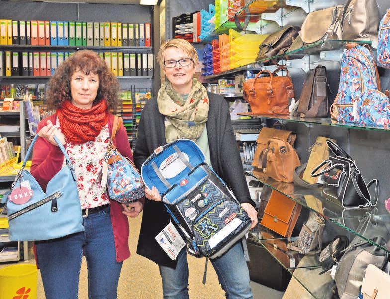 Tanja Perlebach (links) und Nicole Helfers freuen sich schon auf die Ranzen- und Rucksackaktionstage. Foto: Franka Haak