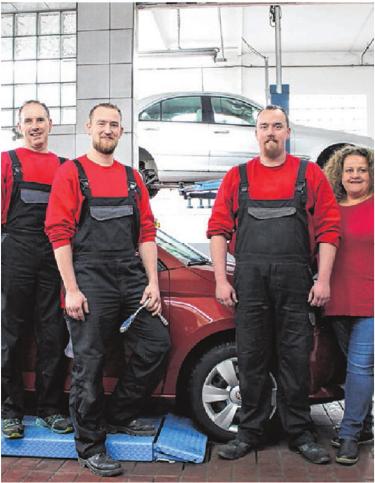 Das neue Team: Stefan (Zweiter von l.) und Alexander Baumeister mit ihren Angestellten Isabel Kurz und Martin Strecker. FOTO: HANNAH POMPALLA
