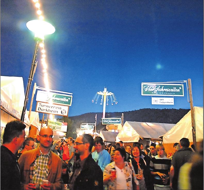 Auf dem Wurstmarkt darf weiterhin unter dem Nachthimmel gefeiert werden – nach Mitternacht ohne Musik. ARCHIVFOTO: FRANCK