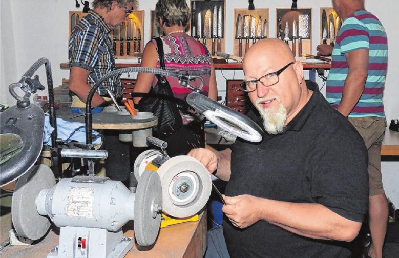 Auch ein Scherenschleifer ist zu Gast. Er schärft die von Besuchern mitgebrachten Scheren und Messer. Foto: Archiv/Erwin Zoll