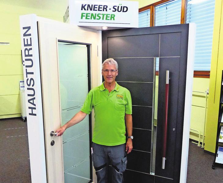 Andreas Klingler mit Haustüren der Firma Kneer.