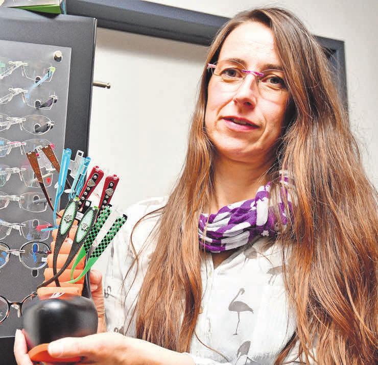 Augenoptikmeisterin Bettina Schrake präsentiert die Switch-it-Kollektion vom 16. bis 18. zum September in ihrem Fachgeschäft an der Pettenkoferstraße 2b.