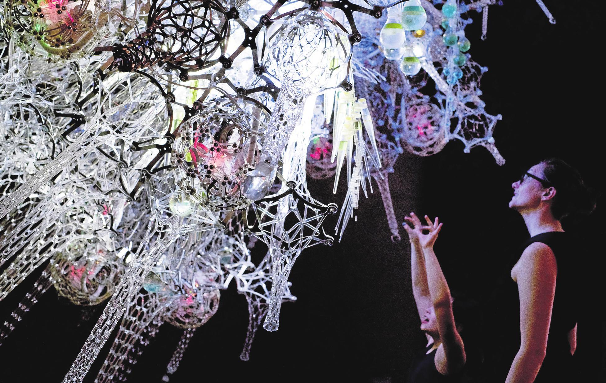 """Die interaktive Installation """"Noosphere"""" des kanadischen Architekten Philip Beesley reagiert erregt auf seine Betrachter. FOTO: SANG LEE"""