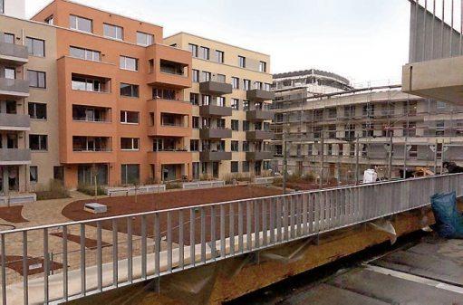 Eine große Terrasse bietet Platz für Hochbeete und Sitzecken. Die Aussicht in den gemeinsamen Innenhof bietet Abwechslung.