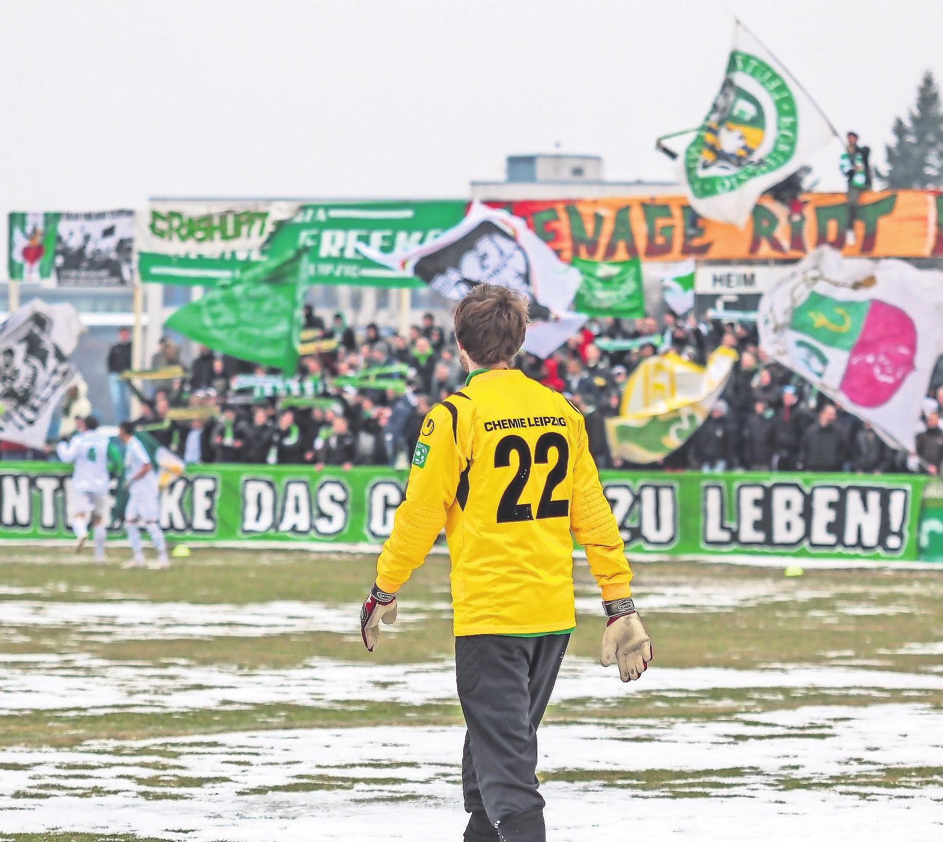 """Kreisklasse-Torwart René Kamin vor einer (mindestens) Oberliga-Kulisse beim Testspiel gegen Magdeburgs """"Dritte""""."""